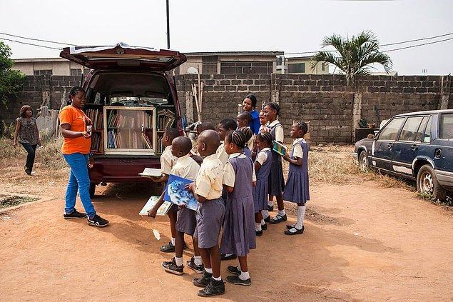 """8. """"Seyyar Kütüphane"""" projesi ise 2013 yılında Funmi Ilori tarafından başlatıldı amacı ise Nijerya gibi ülkelerdeki çocukların gelişimine yardımcı olmak."""