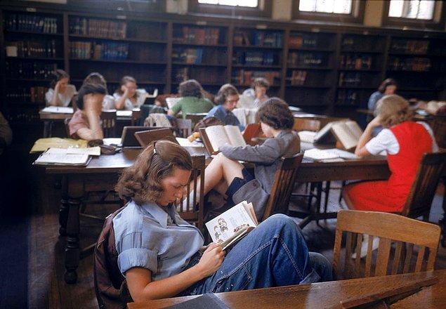 10. Bu fotoğraf ise 1948 yılında Northampton'da bir üniversitenin kütüphanesinde çekildi.