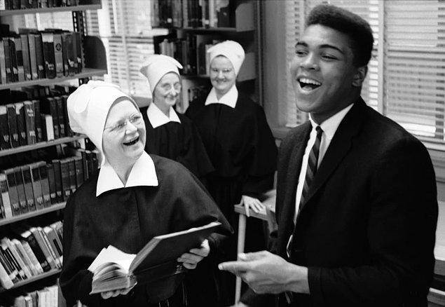 18. ABD'de bir eyalet olan Kentucky'de bir kütüphanede halinden oldukça memnun olan Muhammad Ali...