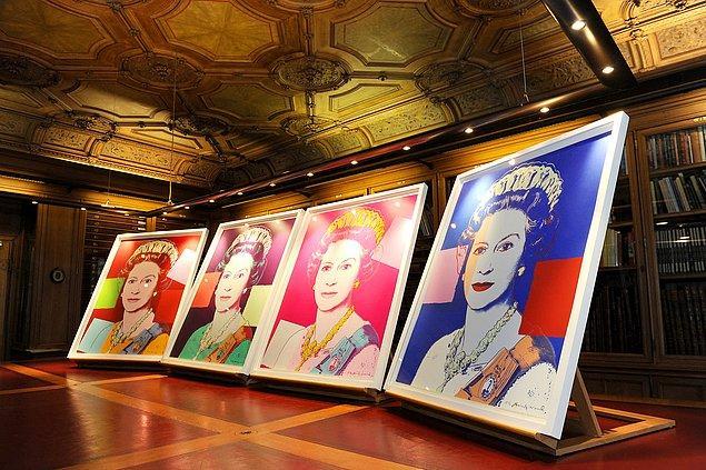 20. Andy Warhol'a ait olan Kraliçe II. Elizabeth portlerini Windsor Sarayı'ndaki kütüphanede görebilirsiniz...