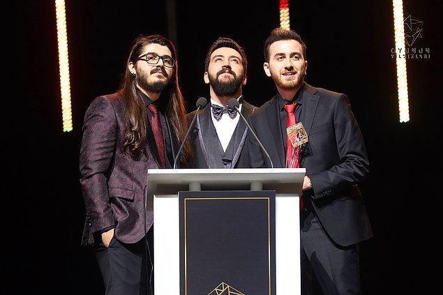"""Kemal Can """"Kendine Müzisyen"""" Parlak, Şükrü """"Uthenera"""" Şentürk ve Ferit """"Wtcn"""" Karakaya üçlüsünden oluşan BossLayf ekibi de gecenin ödüle uzanan isimlerinden oldu."""