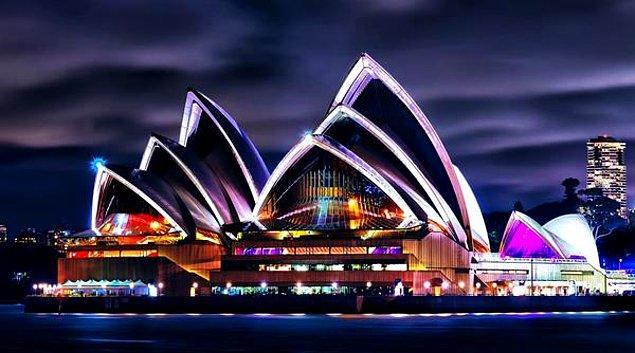 14. 1959 yılında 222 kişinin katıldığı bir yarışmanın kazananı, Danimarkalı mimarın tasarımı olan bu meşhur opera binası hangi ülkededir?