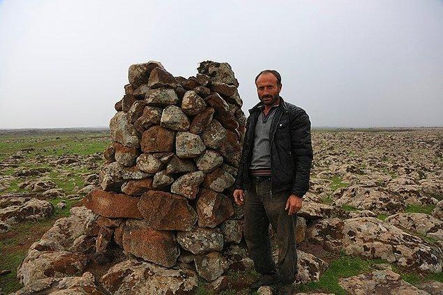 2. Diyarbakırlı çoban Mehmet Arslan, göç eden leyleklerin elektrik direklerine yuva yapıp akıma kapılmaması için taştan kuleler yaptı ve güzel yüreğiyle bizleri de çok mutlu etti.