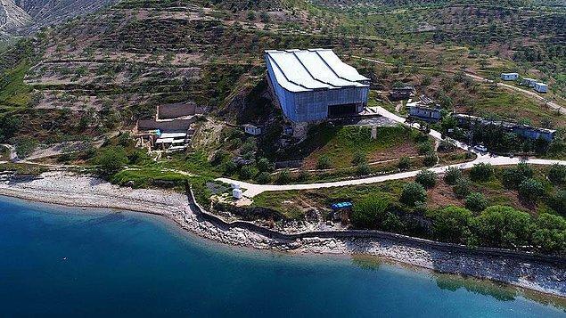Eser Nizip'e 10 kilometre mesafedeki Fırat Nehri kıyısındaki Zeugma Antik Kenti'nden çıkarıldı.