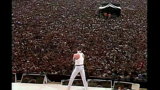 22. 1985 yılında, Etyopya'da süren açlığa yardım amaçlı düzenlenen Live Aid konserinde Queen grubu da yerini aldı ve Freddie, Wembley Stadyumu'ndaki 72,000 kişilik bir kalabalığa şarkılarını söyledi.