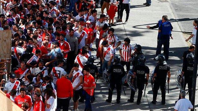 Libertadores Kupası'nın sahibini bulacağı River Plate-Boca Juniors derbisi öncesi meydana gelen olaylar, maçın iki kez ertelenmesine neden oldu.
