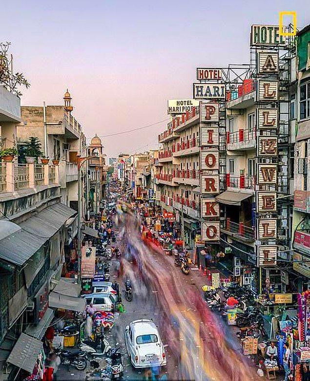 Susan Blick, aharganj, Hindistan sokaklarındaki hareketliliği betimlemek ve bu resme o canlılık duygusunu katabilmek için uğraştı.