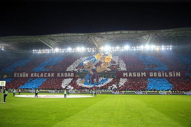 Trabzonspor'lu taraftarların maç öncesi yaptığı koreografi.