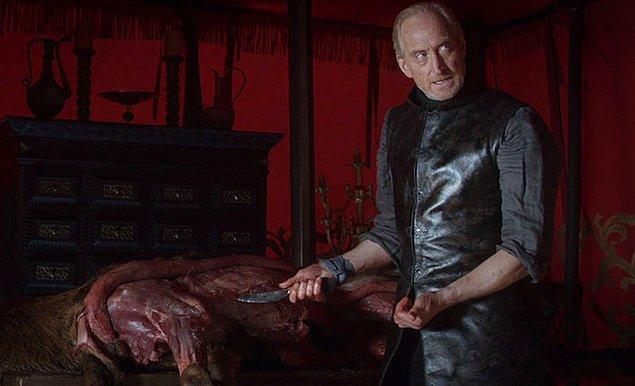 45. Roberth Baratheron'ın öleceği öngörüsünü veren geyik derisinin yüzüldüğü sahnede Charles Dance gerçekten bir geyiği yüzmüş.