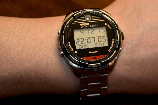 8. Microsoft, 1994'te Datalink 150 ile ilk akıllı saatini oluşturdu. Timex ile ortaklaşa üretilen saat, Windows 3.1 ve üstü çalışan bir PC'ye ihtiyaç duyuyordu ve 100 metreye kadar suya dayanıklıydı.