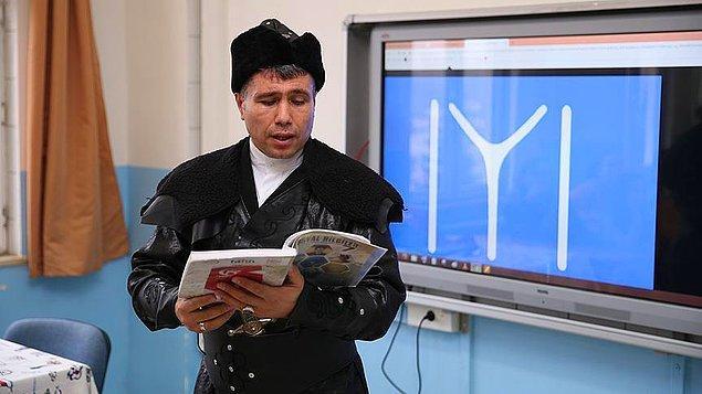 Sadece kıyafet değiştirmekle de kalmıyor Erhan Hoca. Aynı zamanda derse göre canlandırma da yapıyor.