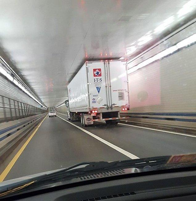 """26. """"Tüneldeki kamyonet."""""""