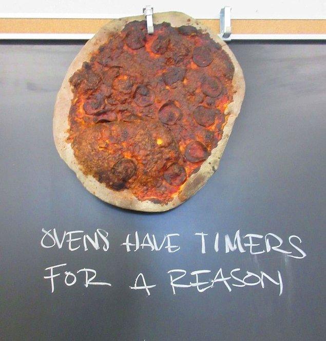 """12. """"Aşçılık öğretmenim bu zavallı pizzayı tahtaya astı."""""""