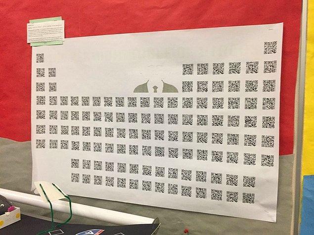 """13. """"Kimya öğretmenim QR kodlarından yapılmış bir periyodik tabloya sahip."""""""