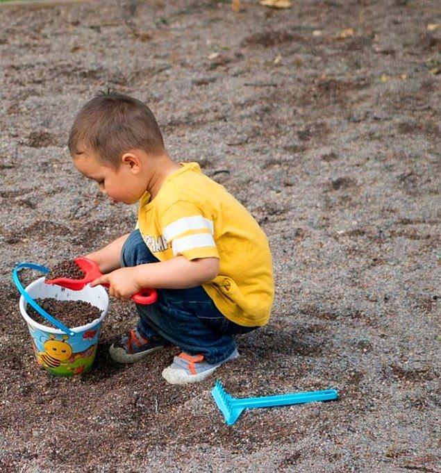 3. Çocuk, bahçede kumla oynarken eşit büyüklükte birçok delik açmış ve oldukça odaklanmış görünüyormuş. Annesi yanına gidip ne yaptığını sormuş ve çocuk demiş ki, ''Ruhumu gömüyorum.''