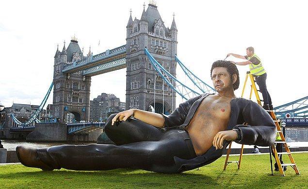 10. Jurassic Park'ın 25. yıl dönümünü kutlamak için Londra'ya Jeff Goldblum'ın heykeli dikildi.