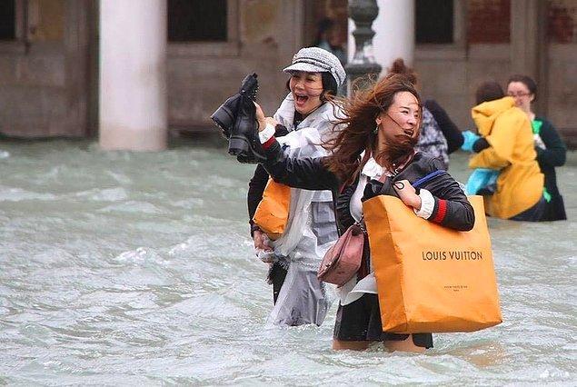9. Büyük bir sel bile moda tutkunlarının alışverişe gitmesini engelleyemez!