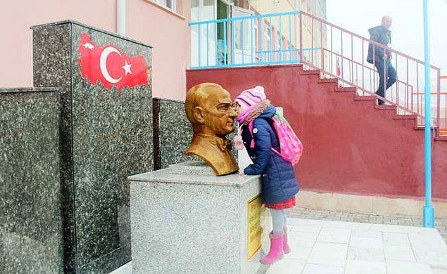 10. Son olarak hepimizin yüzüne tebessüm yerleştirecek bir kareyle noktayı koyalım. Atatürk sevgisini minicik yüreğinde taşıyan Zeynep Alkaç, sevginin ölümsüzlüğünü bizlere gösterdi.