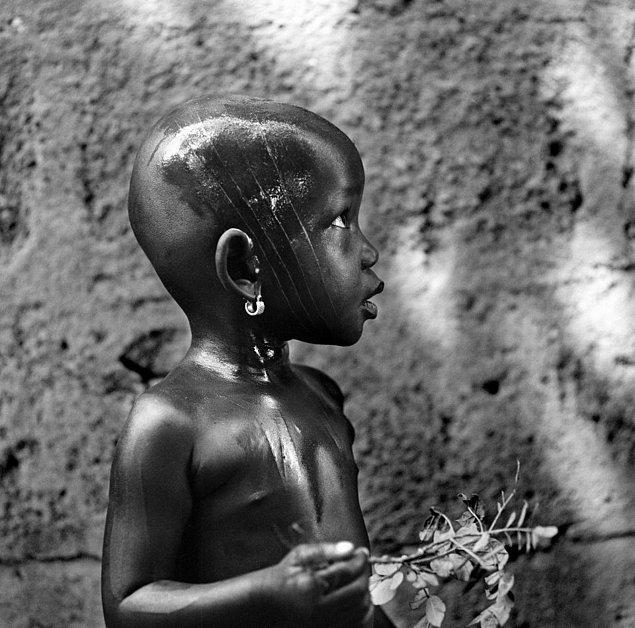 Güzellik ve gösterişin de bir aracı olan yüz nişanları, bireyin ait oldukları inanç, kabile ve aileyi simgeliyor.