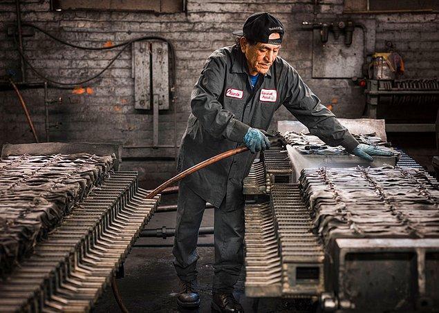 2. Fotoğrafçı Christopher Payne, ABD'de kalan son kurşun kalem fabrikalarından biri olan General Pencil Company ile iletişime geçti.