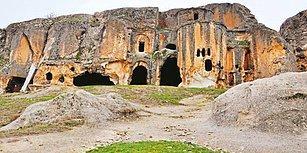 Vandallığın Bu Kadarı: Defineciler Frig Vadisi'ndeki Tarihi Kilisenin Duvarlarını Dinamitle Patlatmış!
