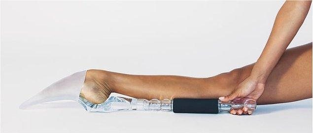 """4. Esneme hareketlerinin kolay olduğunu düşünme gafletine düşenler olduysa, balerinlerin """"foot stretcher"""" adı verilen bu aleti kullandıklarını hatırlatalım."""