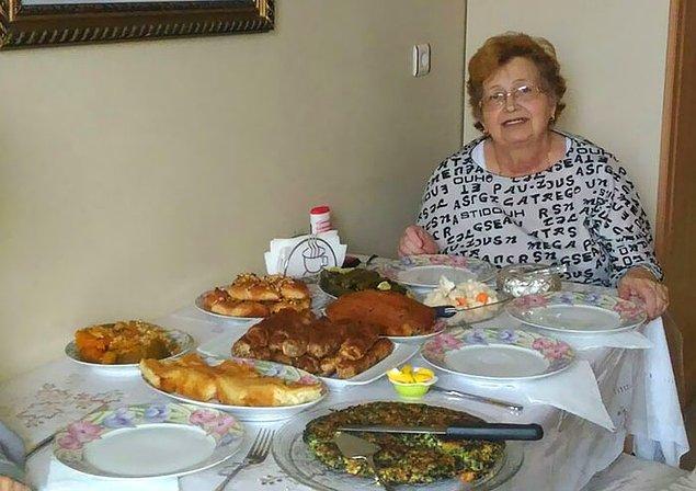 """19. """"Büyükannem misafirler için hazırladıklarını gösteriyor. Ambulansı aramadan tam 9 dakika önce."""""""