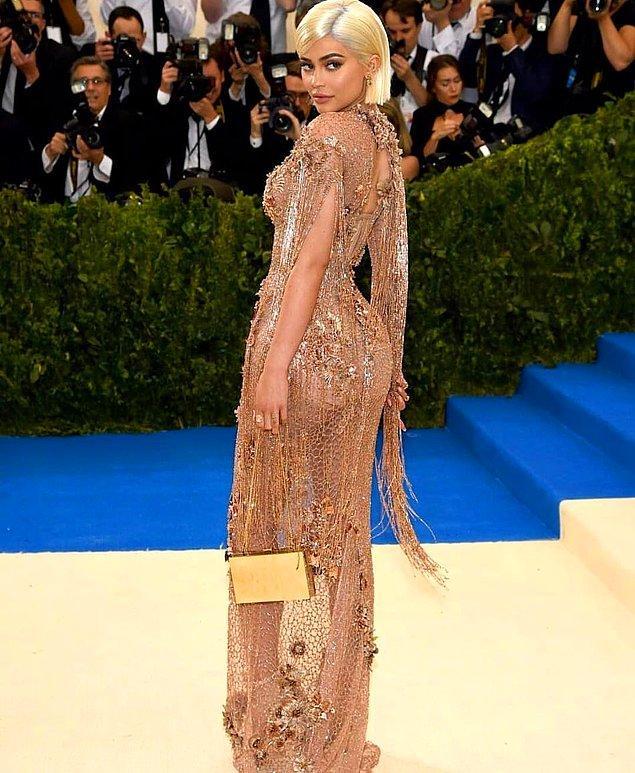 2017 Met Gala'da platin, bob kesim saçlarıyla karşımıza çıkan Kylie'nin hemen ardından, saçlar da kısalmaya başladı.