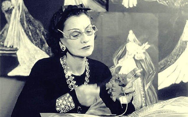 Artık yeni bir hayat onları bekliyordu. Coco, 1908'de bir apartmanın zemin katında açtığı dükkanda tasarladığı şapka ve giysileri satmaya başladı ve tasarımları çok beğenildi.