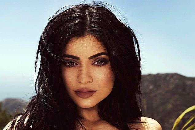 Kylie'yle hayatımıza giren mat rujları da hemen yeri gelmişken analım :) Makyaj modası denildiğinde gözlerimiz ilk olarak ona dönüyor. Adeta tek başına koskaca make up sektörünün kilit parçalarını belirliyor Kylie!
