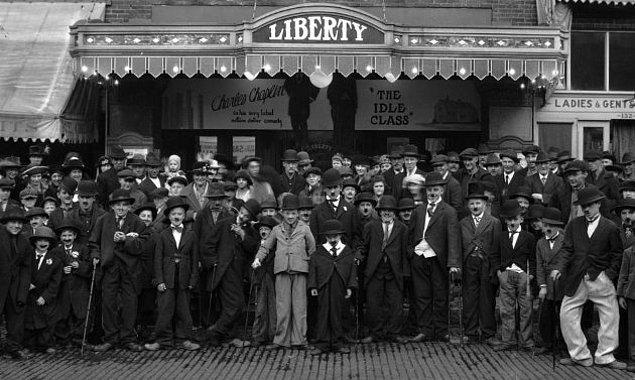 """11. Bilgi bombardımanımıza yakın tarihten ilginç bir bilgiyle devam edelim. Charlie Chaplin, popülaritesinin gitgide arttığı dönemlerde bir çılgınlık yapmaya karar vermiş ve San Francisco'da düzenlenen bir """"Charlie Chaplin Benzerleri"""" yarışmasına katılmıştı."""
