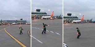 İşini Severek Yapanlarda Bugün: Havaalanı Görevlisinin Eğlenceli Çalışma Görüntüleri