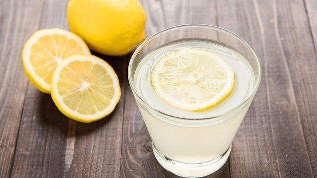 1. Güne bir bardak limonlu ılık su ile başlayın.