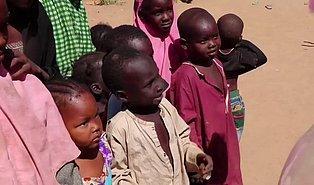 Hayatlarında İlk Defa Pamuk Şekeri Yiyen Afrikalı Çocukların Korkuyla Karışık Yaşadıkları Mutluluk Anları!