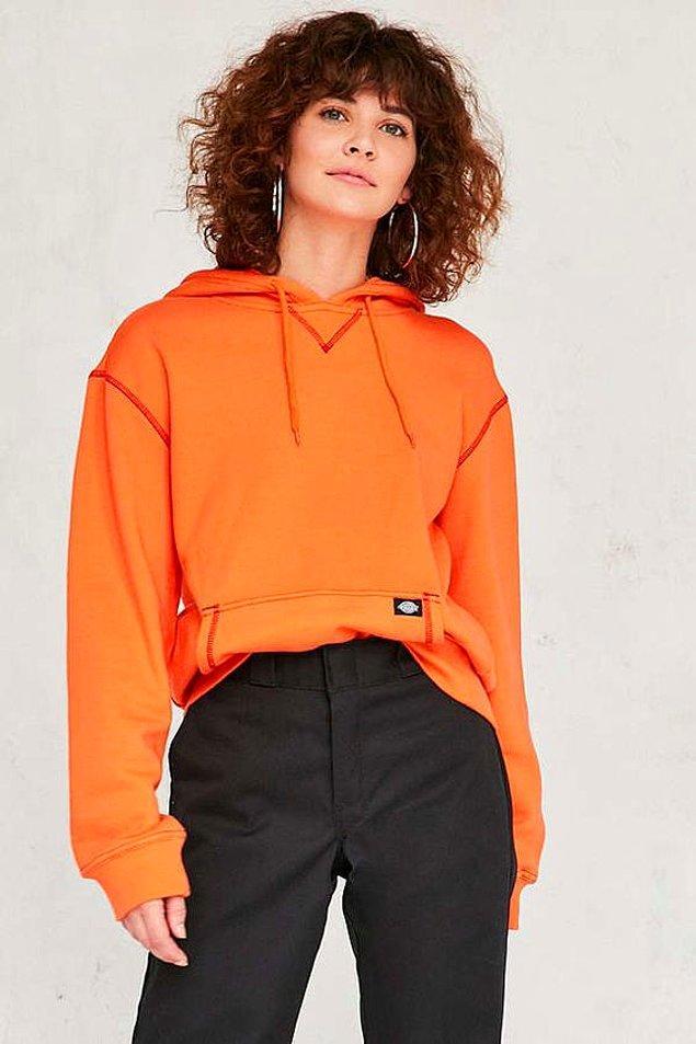 6. Rahatlığın öteki adı sweatshirtlerin de turuncularına bayılıyoruz.