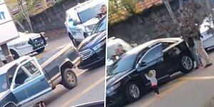 Polisler Tarafından Hırsızlık Şüphesiyle Durdurulan Babasını Taklit Ederek Ellerini Yukarı Kaldıran Ufaklık