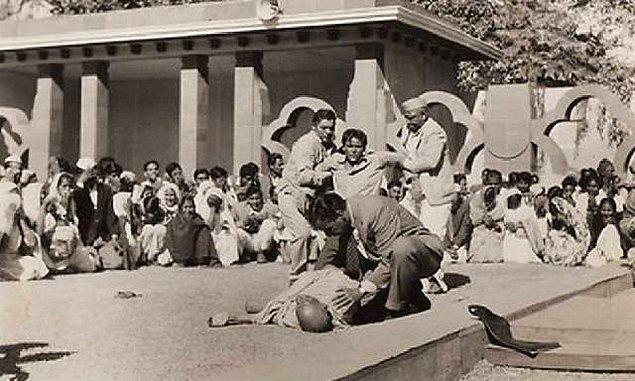 1948: Hindistan lideri Mahatma Gandhi, Yeni Delhi'de öldürüldü.