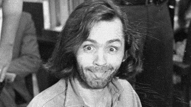 Müthiş oyuncu kadrosuyla dikkat çeken film, 1960'lardaki Charles Manson'ın cinayetlerini konu alıyor.