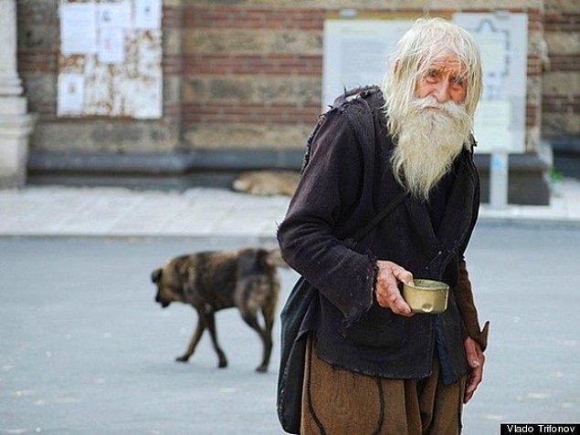 9. Bulgaristan'da Dobri Dobrev isimli bir adam, faturalarını ödeyemeyen yetimhaneler için para dilenmek üzere her gün 25 kilometre yürüyor. Yakın zamanda da 100 yaşına girdi.