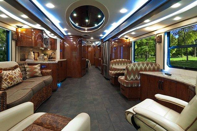 4. 2015 Foretravel IH-45 Luxury Motor Coach
