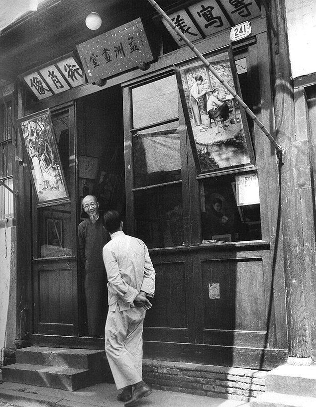 Ancak fotoğrafın, Çin'deki bir dükkana asılı Atatürk posterlerini gösterdiği doğru değil. Fotoğraf eğlence amaçlı montaj yapılabilen PhotoFaceFun isimli çevrimiçi bir sitenin yardımıyla oluşturulmuş.