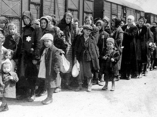 Macaristan'lı Yahudileri Auschwitz'e getiren tehcir treninin gelişi, 1942 sıraları.