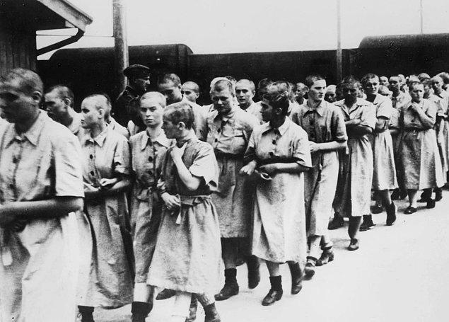Çalışmaya uygun görülen bir grup kadın, Mayıs 1944.