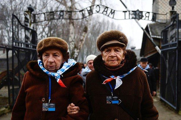 27 Ocak 2018'de Holokost'tan kurtulanlar Auschwitz'i ziyaret ediyor.