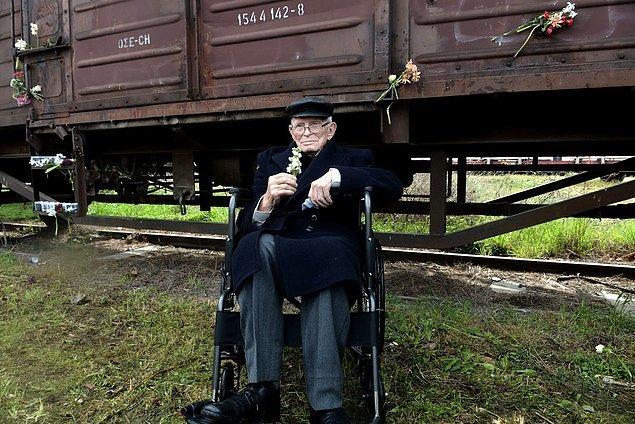 Holokost'tan kurtulan Moshe Aelion, 18 Mart 2018'de buradan Auschwitz'e gitmek üzere kalkan ilk trenin anıldığı bir tören için Thessaloniki, Yunanistan'daki eski tren istasyonunda.