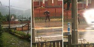 Yolda Biriken Yağmur Sularından Tüm İmkanlarıyla Kaçmaya Çalışan Çocuğu Baştan Aşağıya Islatan Dayaklık Şoför!