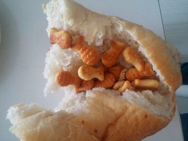 Ekmek arası balık kraker.