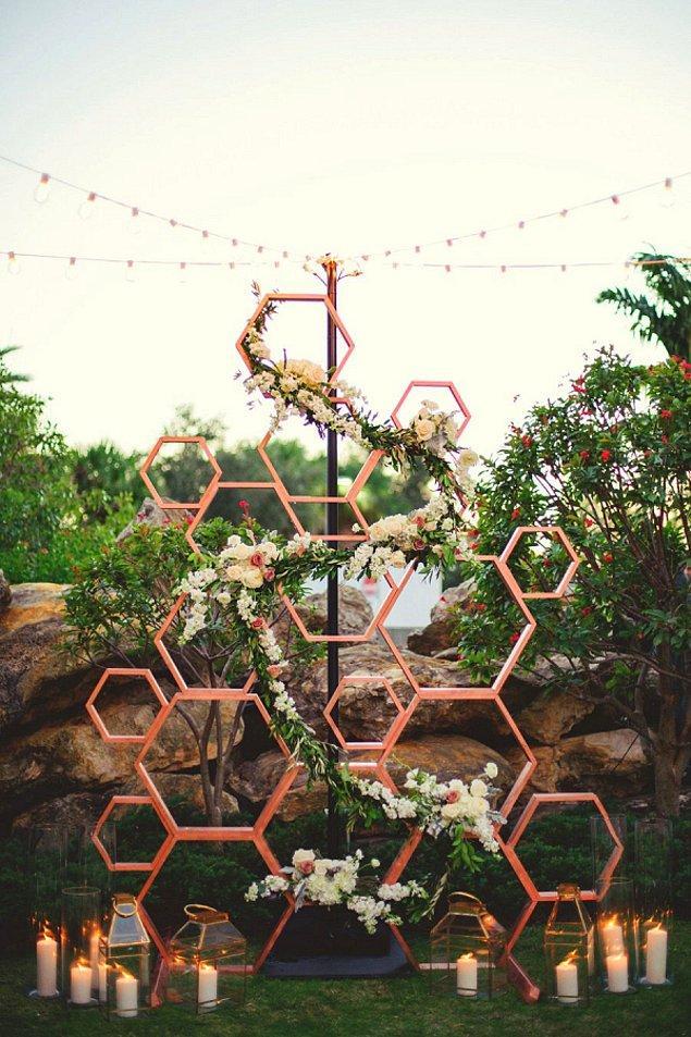 4. Düğün mekanında dekorasyon ve aksesuarlarda kullanılan altın ve gümüş tonları yerini bakır tonlara bırakacak.