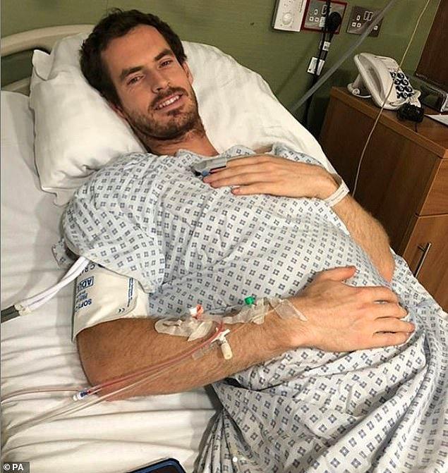 Pazartesi Londra'da kalça yüzeyi değiştirme ameliyatı olan tenisçi, kolunda serumuyla ve gayet masum 'hastane paylaşımını' yaptı.