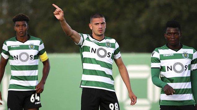Merih, güçlü altyapısıyla bilinen Sporting Lizbon'u seçti. Portekiz İkinci Ligi'nde mücadele eden Sporting Lizbon B takımında şans bularak yeşil-beyazlı kariyerine başlayan Merih buradaki performansıyla da beğeni topladı.